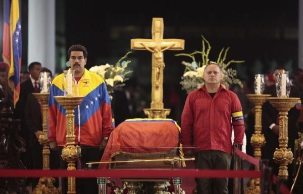 Nicolás Maduro (izquierda) y Diosdado Cabello, presidente de la Asamblea Nacional legislativa, flanquean el ataúd de Chávez Crédito: Presidencia de Venezuela