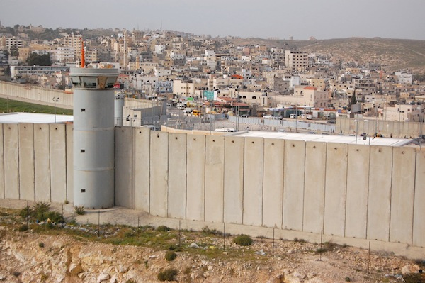 La barrera de separación de Israel vista desde Al Ram, otrora una próspera comunidad de Jerusalén oriental que ahora está al otro lado y resulta económicamente perjudicada. Crédito: Jillian Kestler-D'Amours/IPS.