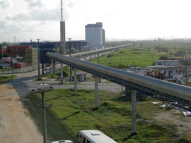 Brasil sigue de espaldas al Pacífico. Ducto de granos en el complejo portuario de Suape, sobre el océano Atlántico. Crédito: Mario Osava/IPS