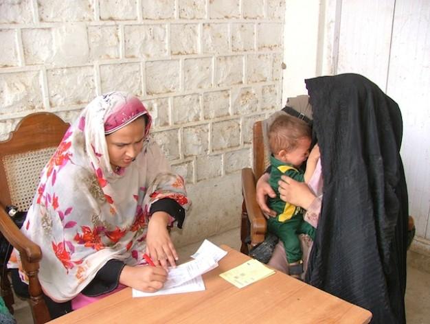Miles de mujeres afganas cruzan la frontera con Pakistán todos los años en busca de atención médica. Crédito: Ashfaq Yusufzai/IPS.