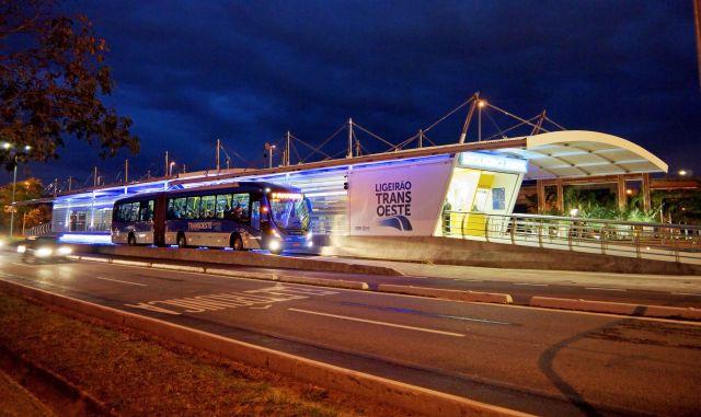 Los corredores rápidos de autobuses, como el instalado en la zona oeste de Río de Janeiro, tienen bajo costo comparativo y fácil implementación. Crédito: ITDP/Leonardo Miguel Silva Martins