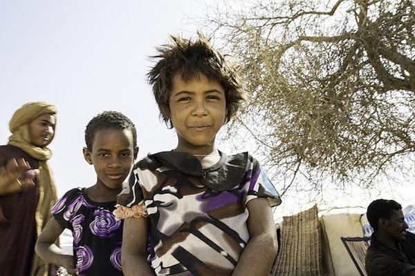 Dos niñas tuareg juegan en un campamento de refugiados de Burkina Faso. Crédito: Marc-André Boisvert/IPS.