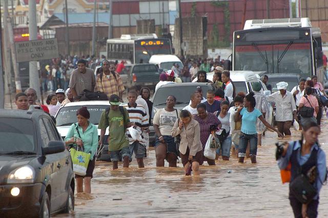 Residentes de Puerto España se abren camino en áreas inundadas. Crédito: Desmond Brown/IPS