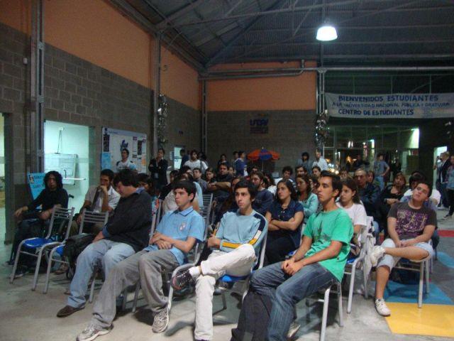 Estudiantes en debate sobre derechos humanos tras proyección cinematográfica. Crédito: Universidad Nacional de Avellaneda
