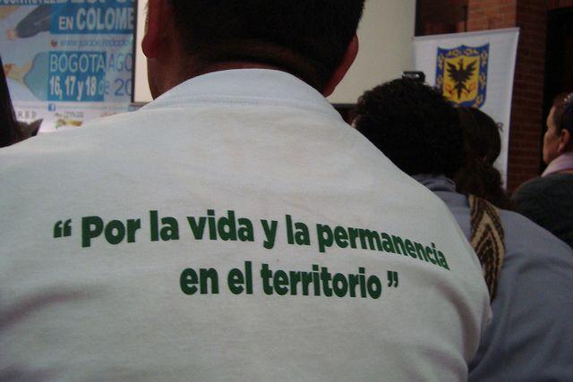 Un asistente al Juicio Ético y Político contra el Despojo en Colombia expresa su mensaje en la camiseta. Crédito: Helda Martínez/IPS