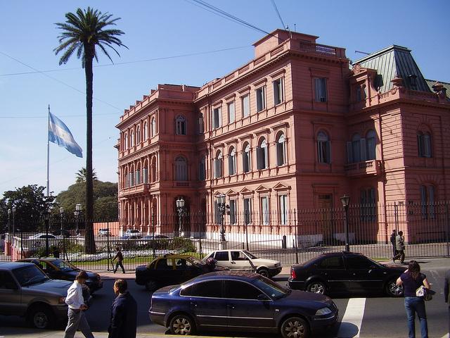 Desde la Casa Rosada, sede del gobierno de Argentina, surgió la idea de reabrir el canje de bonos para superar la disputa judicial por el reclamo de los fondos buitres. Crédito: Marcela Valente/IPS