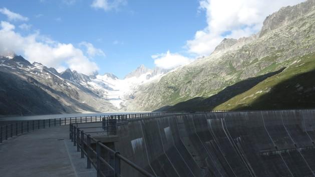 Una de las muchas represas en el paso de Grimsel en los Alpes suizos. Crédito: Ray Smith/IPS.