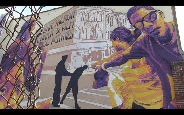 Un mural en Bushwik, Nueva York, busca crear conciencia sobre los derechos de sus habitantes a la hora de tratar con la policía. Crédito: Kim-Jenna Jurriaans/IPS