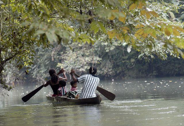 Una familia navega en el río San Juan, uno de los sitios de gran biodiversidad en la frontera de Costa Rica y Nicaragua. Crédito: Germán Miranda/IPS