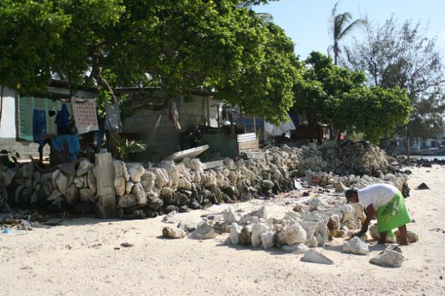 La rotura de los muros que buscan contener las aguas, como este en Kiribati, a menudo no tiene conexión con el aumento del nivel del mar. Crédito: Christopher Pala/IPS.