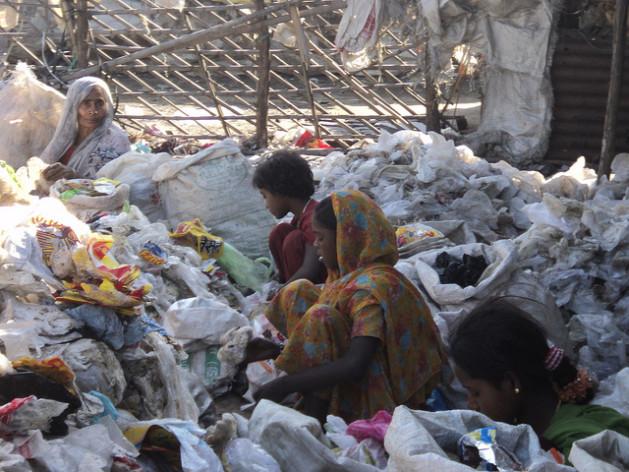 Mujeres indias clasifican basura. Crédito: Dharmendra Yadav/IPS