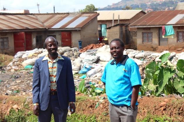 El actor Earnest Sseruaayna, de 36 años, y el director, productor y guionista Isaac Godfrey Nabwana, de 40 años, en el asentamiento precario de Wakalinga, en Kampala, Uganda. Crédito: Amy Fallon/IPS.