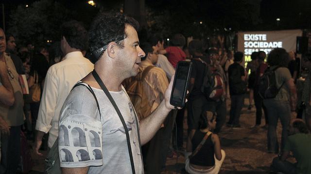 Cazú Barros participa y reportea desde una marcha callejera en Río de Janeiro, usando una tableta digital. Crédito: Fabiana Frayssinet/IPS