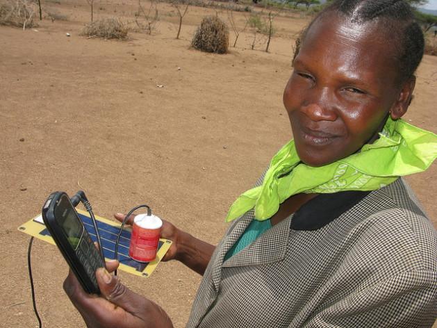 Como no hay electricidad permanente en las zonas rurales de Zimbabwe, la gente carga sus teléfonos móviles con energía solar. Crédito: Isaiah Esipisu/IPS