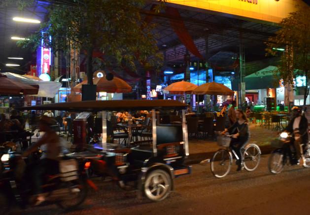 """Muchas prostitutas de Phnom Penh se convirtieron en """"trabajadoras del entretenimiento"""". Crédito: Michelle Tolson/IPS."""
