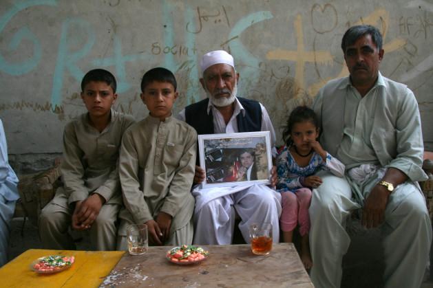 Malim Said Agha, Dagrwal Jan Agha y sus hijos con un retrato de Asadullah, quien murió durante un ataque de la OTAN. Crédito: Giuliano Battiston/IPS.