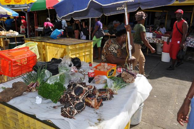 Una vendedora ofrece sus productos en un mercado de Dominica. Crédito: Desmond Brown/IPS.