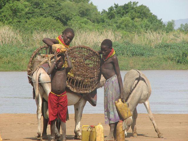 Las comunidades indígenas que viven junto al río Omo, en Etiopía, dependen de las inundaciones anuales para sus cultivos. Crédito: Ed McKenna/IPS