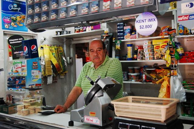 Don Alejandro, un pequeño comerciante de víveres, espera como la mayoría de los chilenos que el próximo gobierno ponga límites a las desigualdades sociales. Crédito: Marianela Jarroud/IPS