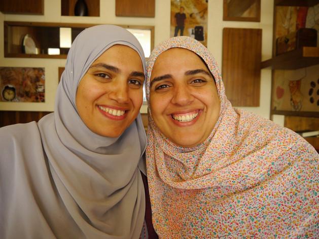 Sarah Abunar (izquierda) y Rana Said, cofundadoras de EduKitten, empresa que vende aplicaciones de entretenimiento educativo en árabe. Crédito: Rachel Williamson/IPS