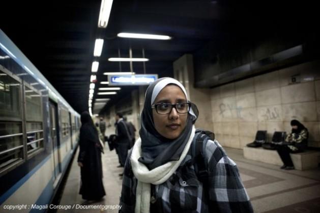 Nihal Saad Zaghloul, cofundadora de Basma, en la estación del metro en El Cairo, donde realizó las primeras campañas de concientización. Crédito: Cortesía de Magali Corouge/Documentography