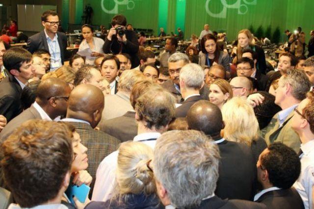 Delegados de la COP 19 discutiendo el problema de pérdidas y daños. Crédito: Cortesía de ENB