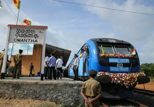 Bajo el barniz del desarrollo, que se refleja en este moderno tren, la zona que fue escenario de la guerra en Sri Lanka está sumida en la pobreza, la deuda y el desempleo. Crédito: Amantha Perera/IPS.