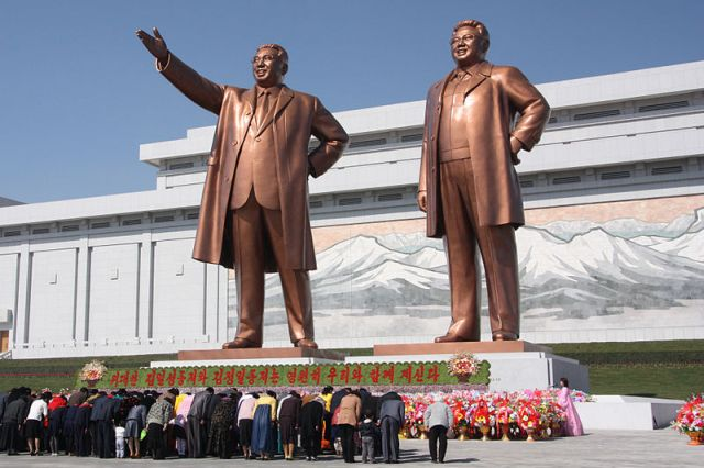 Norcoreanos se inclinan ante las estatuas de Kim Il Sung y Kim Jong Il en Pyongyang en abril de 2012. Crédito: J.A. de Roo CC BY-SA 3.0