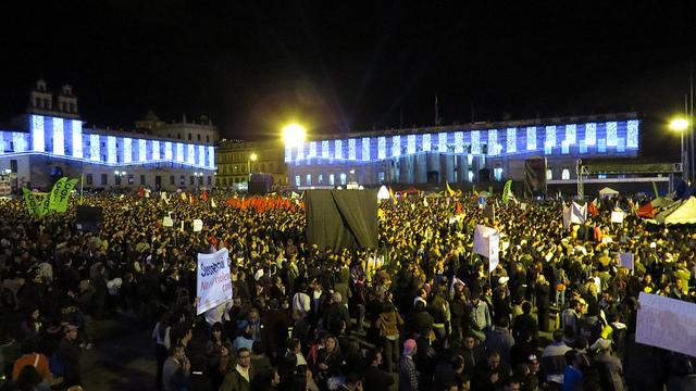 Miles de manifestantes protestan en la Plaza de Bolívar de Bogotá contra la condena al alcalde Gustavo Petro por su programa de Basura Cero. Crédito: Andrés Monroy Gómez/IPS