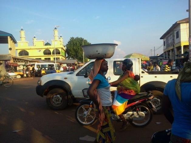 Niños y adultos de la Región Norte se ven forzados a emigrar a Accra y otras zonas del sur de Ghana, a causa del clima. Crédito: Cortesía de Albert Oppong-Ansah