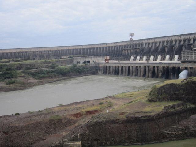 El río Paraná, empequeñecido por la mole de concreto de la represa del complejo hidroeléctrico binacional de Itaipú. Crédito: Mario Osava /IPS