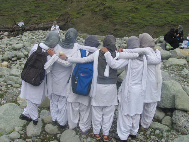La educación de las niñas ayuda a las mujeres a aprender sobre sus derechos en Cachemira. Crédito: Athar Parvaiz/IPS
