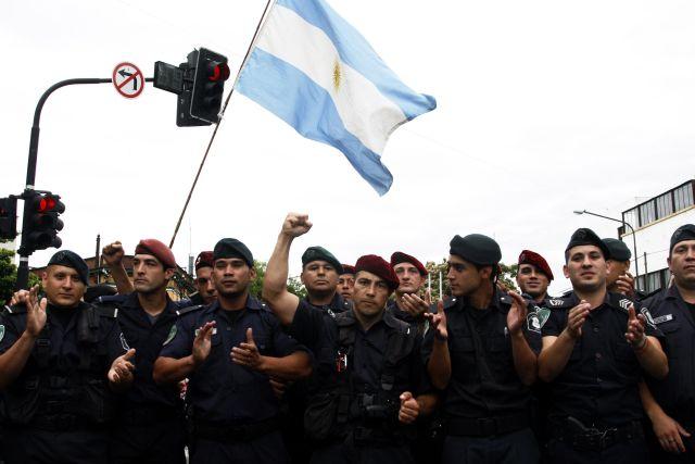 Policías de La Plata que permanecieron durante todo el día manifestando y bloqueando el acceso a la sede policial de esa ciudad, festejan tras lograr un acuerdo para elevar sus salarios. Crédito: Matías Adhemar/IPS