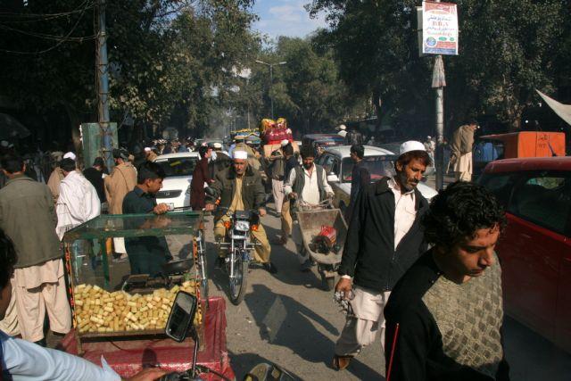 Una concurrida calle de Jalalabad, Afganistán. Crédito: Giuliano Battiston/IPS