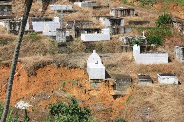 Este cementerio en Santa Lucía fue uno de los sitios dañados por el huracán Tomás, que el 31 de octubre de 2010 azotó la isla y mató a 14 personas. Crédito: Desmond Brown/IPS.