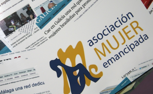 Montaje con algunas noticias aparecidas en la prensa española sobre la trata, en la sede de Mujer Emancipada de Málaga, una organización que atiende a mujeres en riesgo de exclusión. Crédito: Inés Benítez/IPS