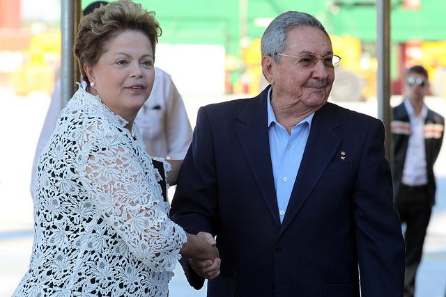 La presidenta brasileña Dilma Rousseff y su homólogo cubano Raúl Castro se estrechan la mano, al inaugurar el primer terminal de la Zona Especial de Desarrollo de Mariel, a 45 kilómetros  de La Habana. Crédito: Jorge Luis Baños/IPS