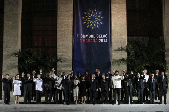 Los jefes de Estado y de gobierno posan para la tradicional foto de familia, durante la II Cumbre de la Comunidad de Estados Latinoamericanos y Caribeños (Celac), en el Palacio de la Revolución, en La Habana. Crédito: Jorge Luis Baños/IPS