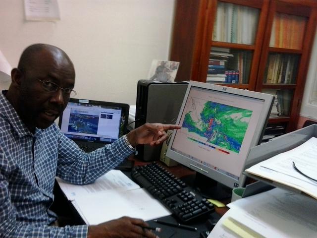 Kenneth Kerr, meteorólogo del Servicio Meteorológico de Trinidad y Tobago, explica cómo se utilizan los modelos informáticos para brindar servicios agrometeorológicos a a los agricultores. Crédito: Jewel Fraser/IPS.