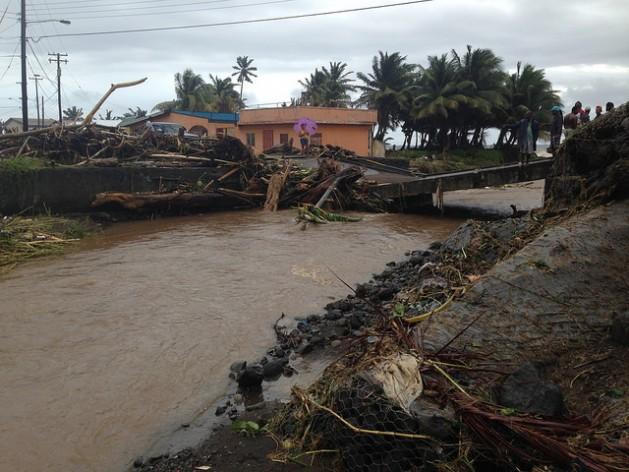 Habitantes de San Vicente en un puente destruido por las inundaciones. Crédito: Desmond Brown/IPS.