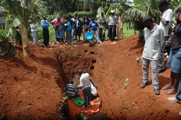 Sobrevivientes del genocidio ruandés exhuman los cadáveres de sus parientes asesinados durante la masacre de 100 días en 1994. Crédito: Edwin Musoni/IPS