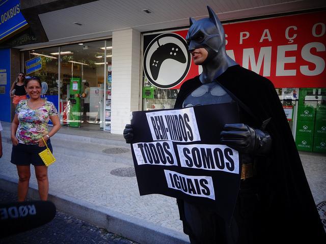 """El personaje de Batman, habitual en las manifestaciones de Río de Janeiro, apoya a los """"rolezinhos"""" frente al Shopping Leblon, con un cartel que dice """"todos somos iguales"""". Crédito: Fabiana Frayssinet/IPS"""
