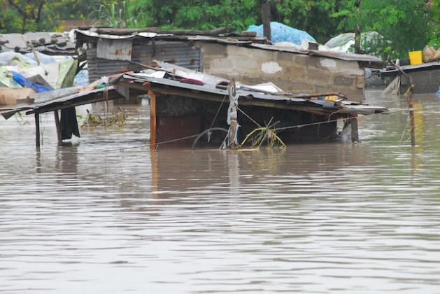 La barriada de Jangwani, en la ciudad tanzana de Dar es Salaam, despidió 2013 y recibió 2014 inundada por fuertes lluvias. Crédito: Muhidin Issa Michuzi/IPS