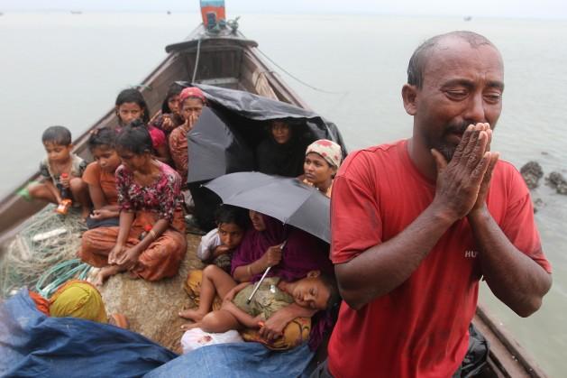 Guardias fronterizos de Bangladesh niegan el ingreso a refugiados rohinyás de Birmania en noviembre de 2012. Crédito: Anurup Titu/IPS