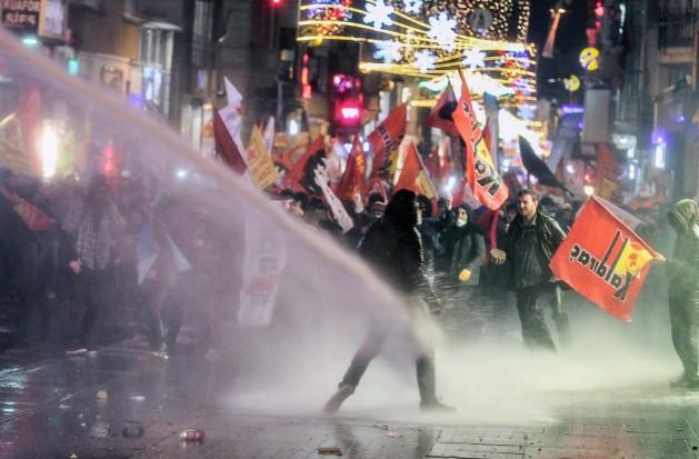 La policía de Estambul utiliza cañones de agua y gases lacrimógenos para dispersar manifestantes que protestan por la nueva ley de Internet. Crédito: Emrah Gurel/IPS.