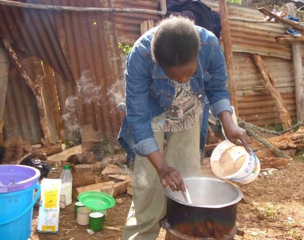 Jane Njeri, del semiárido distrito de bajo Mukurweini, y sus cinco hijos, tienen muy poco para comer por culpa de la actual escasez de maíz que afecta a Kenia. Crédito: Miriam Gathigah/IPS.