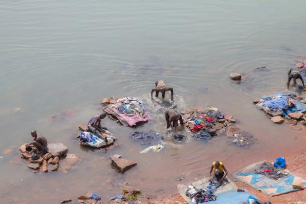 Personas lavando ropas en aguas del río Níger en Bamako. Crédito: Marc-André Boisvert/IPS.