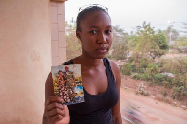 Aminata Diarra muestra una fotografía de su hermano Malamine, un Boina Roja que desapareció a comienzos de mayo de 2012. Crédito: Marc-André Boisvert/IPS.