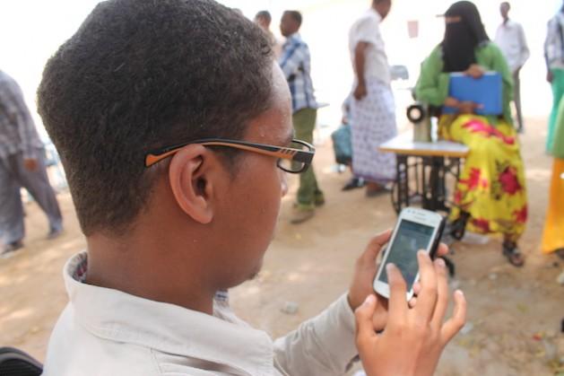 Los somalíes no pueden utilizar Internet en sus teléfonos móviles. Crédito: Ahmed Osman/IPS