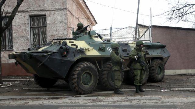 Un vehículo blindado ruso apostado en una calle de Simferopol, capital de Crimea. Crédito: Zack Baddorf/IPS